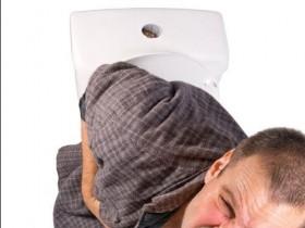 Какие основные симптомы трещины прямой кишки